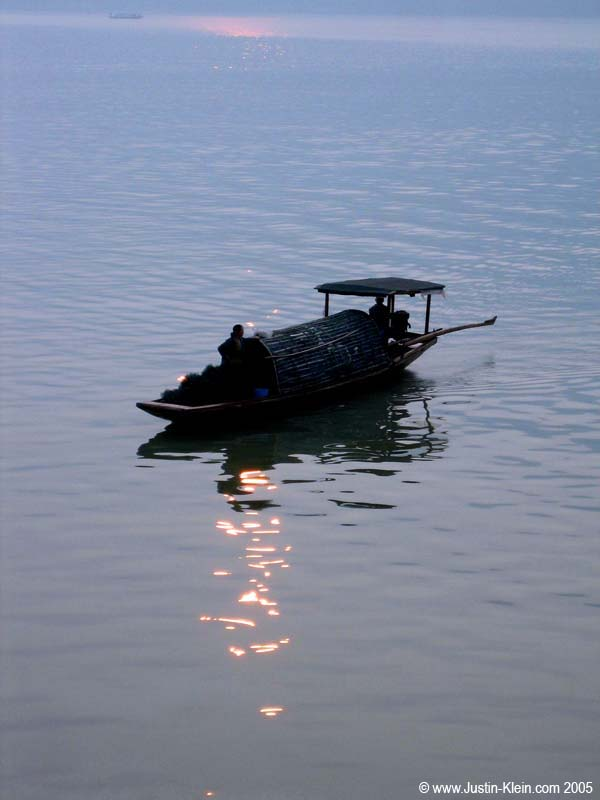 A little sampan on the early-morning Yangtze.