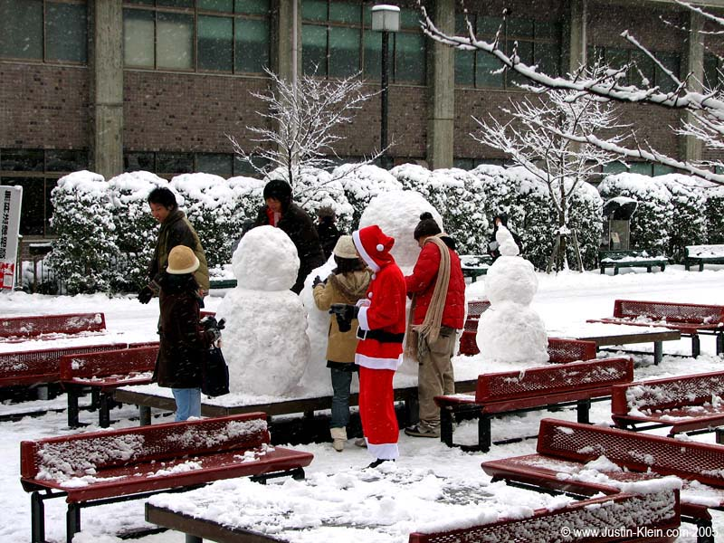 Japanese college students dress up as Santa to build snowmen on campus.  Ya gotta love it.