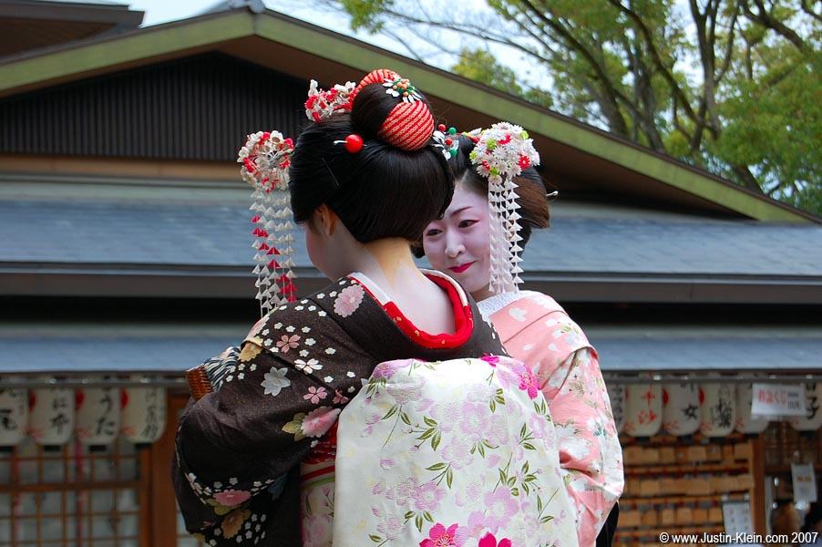 The center(s) of attention at Yasaka Jinja.