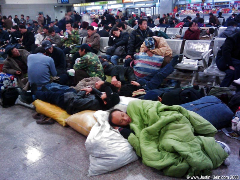 In the station&#8217;s waiting room, piles of luggage and passed-out humans were scattered <i>everywhere</i> &#8211; so densely that it in many spots, it was nearly impossible to walk!
