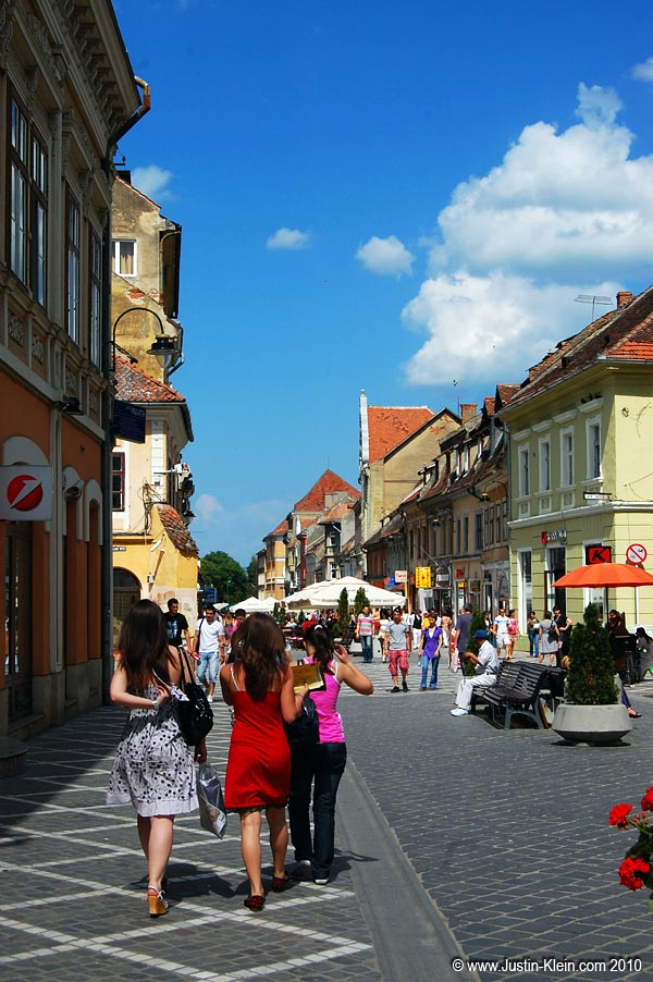One of the shopping promenades branching off from Piaţa Stafalui.