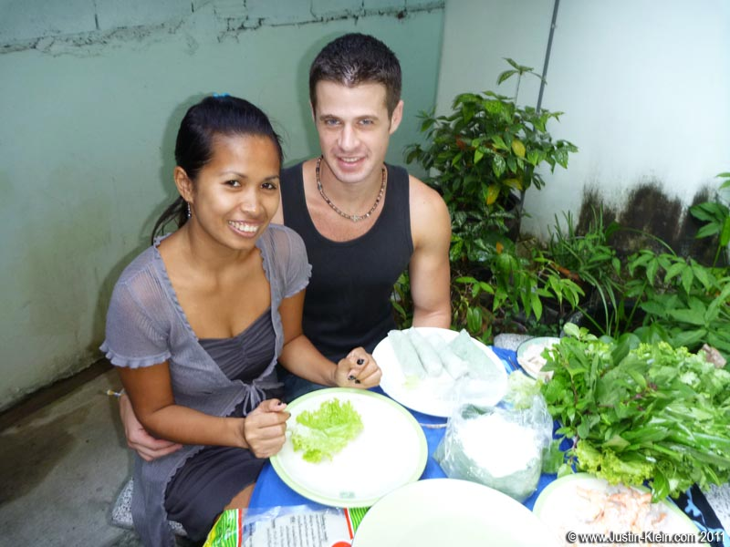 Making shrimp springrolls with Noi, the guesthouse receptionist.